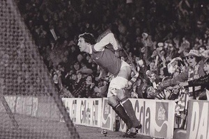 Arsenals Sammy Nelson moons the crowd in 1979 after scoring v Coventry. He'd previously scored an ow
