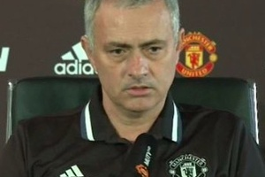 "CLASS: Jose Mourinho wears 'CR' on his shirt in tribute to Claudio Ranieri and says ""Leicester shoul"